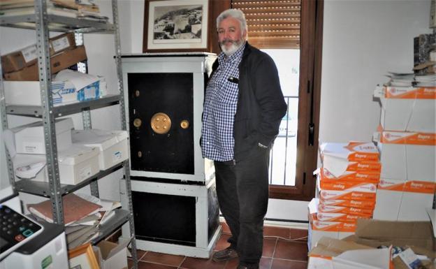 Mecina Bombarón conserva la antigua caja de caudales del consistorio