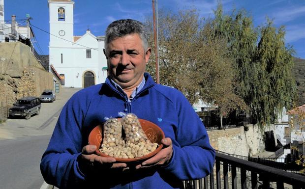 El jamonero y panadero de Mecina Bombarón es el primero en apostar por el cultivo del pistacho en la Alpujarra