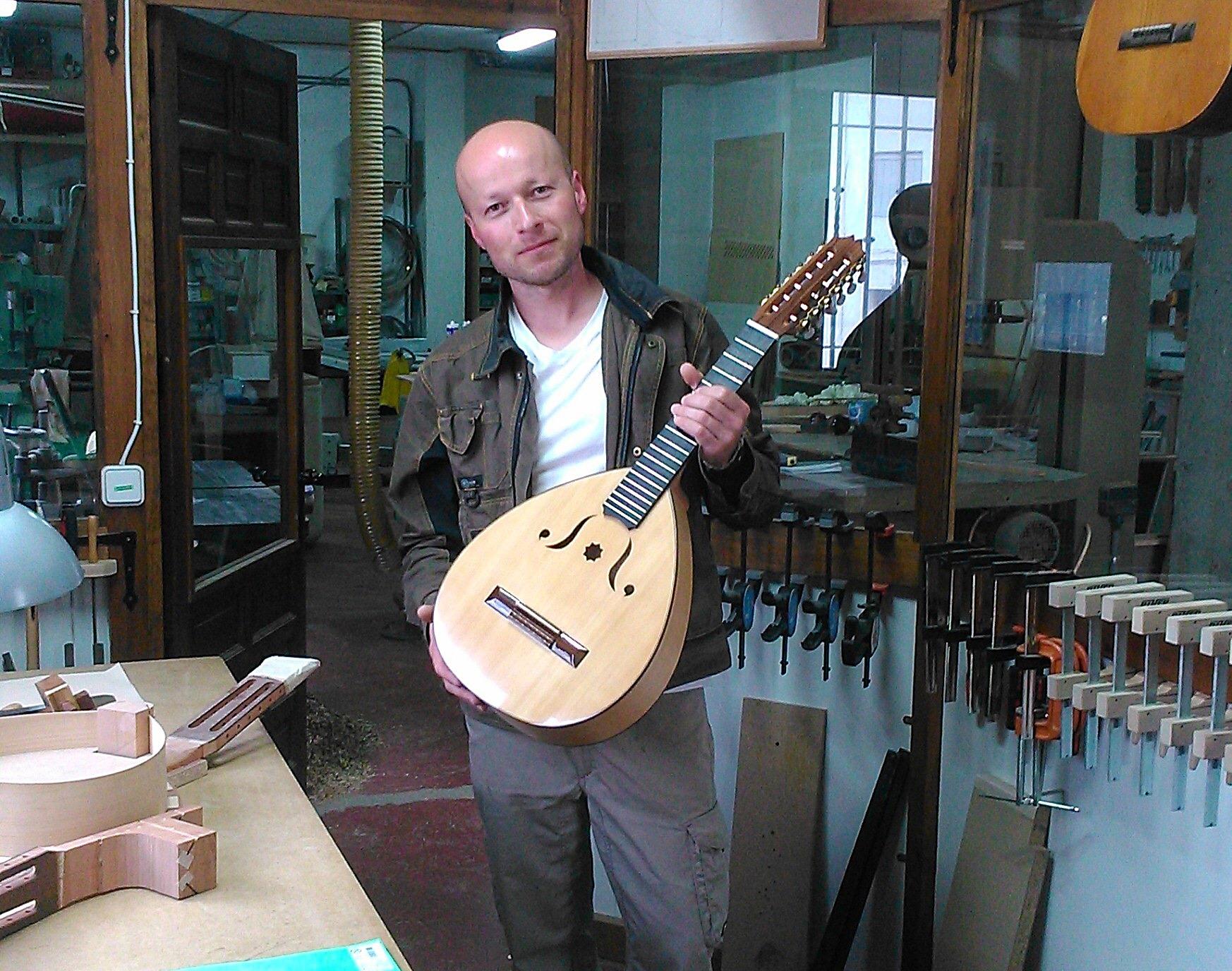 El luthier de la Alpujarra se encuentra en Mecina Bombarón