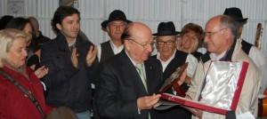 Miguel Carrascosa Salas distinguido como alpujarreño ilustre por Jose Antonio Gómez alcalde de Alpujarra de la Sierra