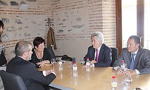 El presidente de CajaGranada se reúne con la alcaldesa de Órgiva en su visita a la Alpujarra